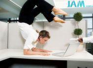 简易办公室瑜伽动作 巧用椅子来瘦身——瑜伽篇一