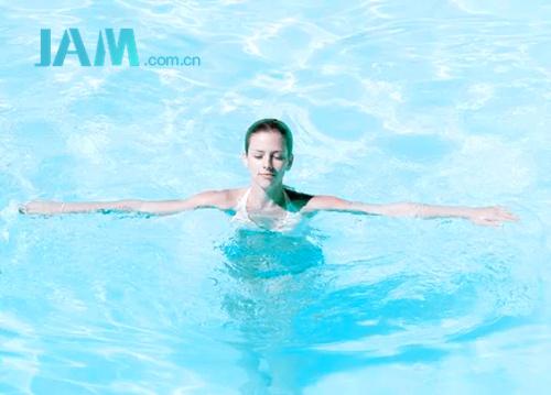 适合女性的五个水中塑身运动 有助于燃烧卡路里 指南